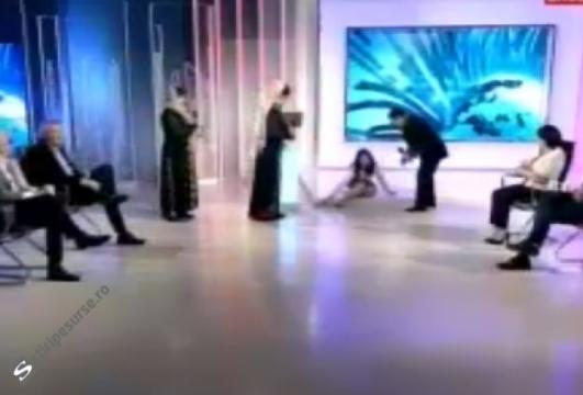 Oana Stancu s-a prăbușit în studioul Antena 3, OANA ZAMFIR s-a impiedicat in direct 23.12.2016